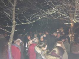 ca. 150 - 200 Besucher beim lebenden Adventskalender