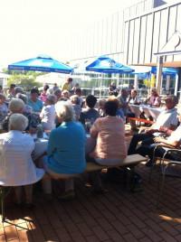 Besucherinnen und Besucher vor dem Thermalbadrestaurant
