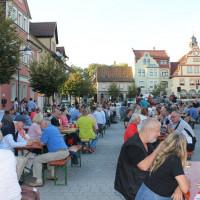 """Besucherinnen und Besucher bei der Veranstaltung """"Blues am Markt"""""""